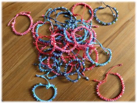 Bracelets confectionnés pour la tombola de l'école (juin 2015)...